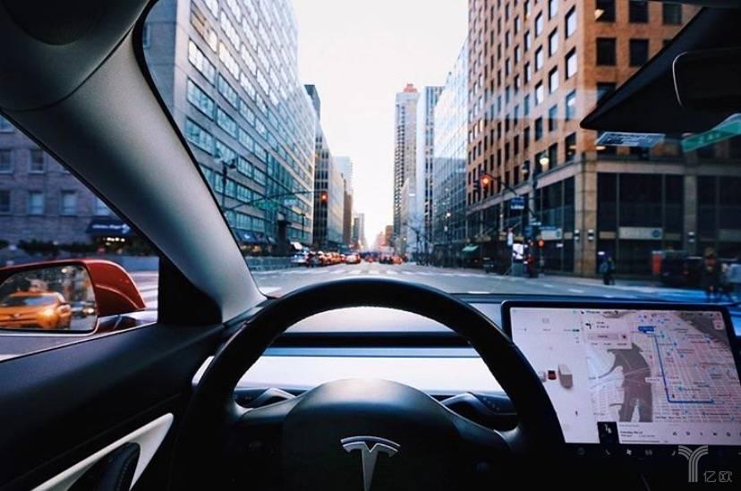 特斯拉Model 3车内智能交互大屏