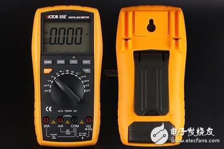 """指针表内一般有两块电池,一块低电压的1.5V,一块是高电压的9V或15V,其黑表笔相对红表笔来说是正端。数字万用表则常用一块6V或9V的电池。在电阻档,指针表的表笔输出电流相对数字表来说要大很多,用R×1Ω档可以使扬声器发出响亮的""""哒""""声,用R×10kΩ档甚至可以点亮发光二极管(LED)。"""
